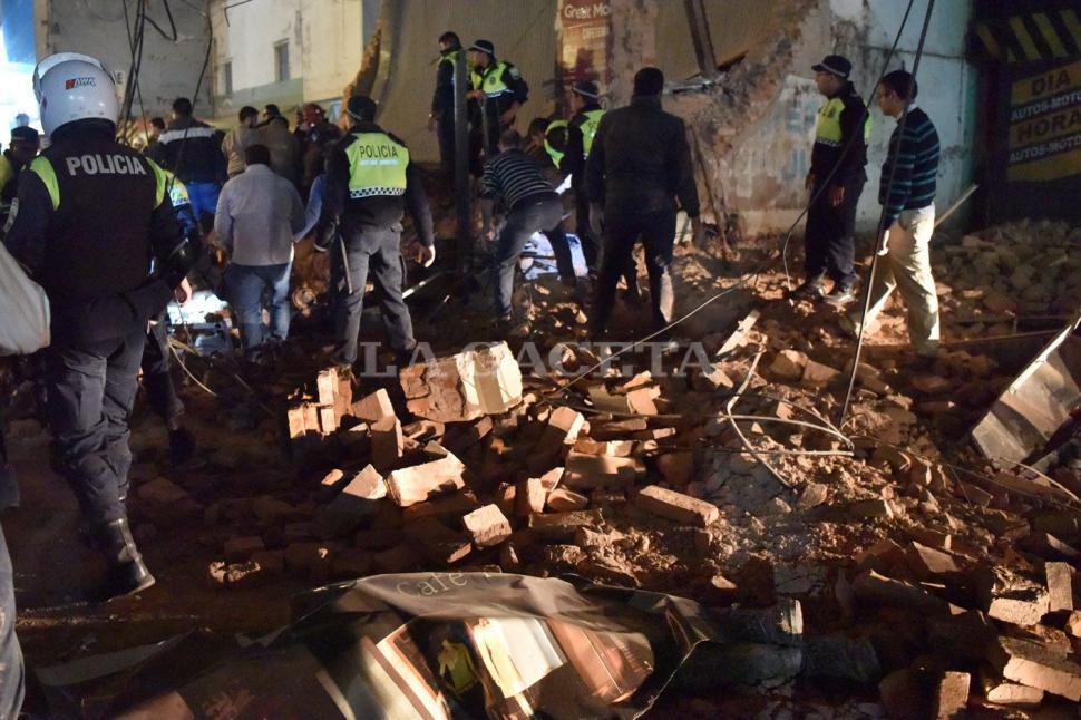 La imagen muestra las botas de una de las personas que quedó atrapada bajo los escombros. FOTO LA GACETA/ INÉS QUINTEROS ORIO.