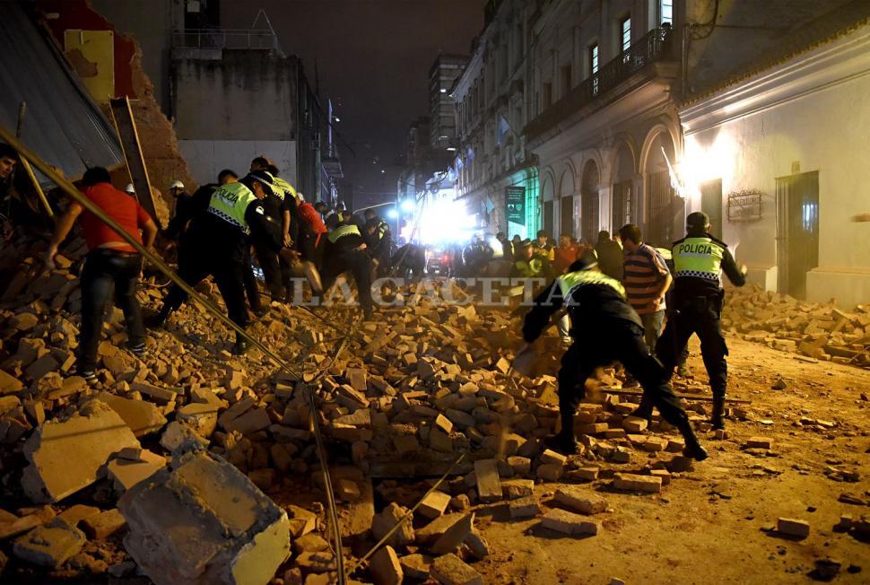 La Policía trabajó en el lugar tratando de rescatar a las personas que se encontraban debajo de los escombros. FOTO LA GACETA/ JOSÉ NUNO.