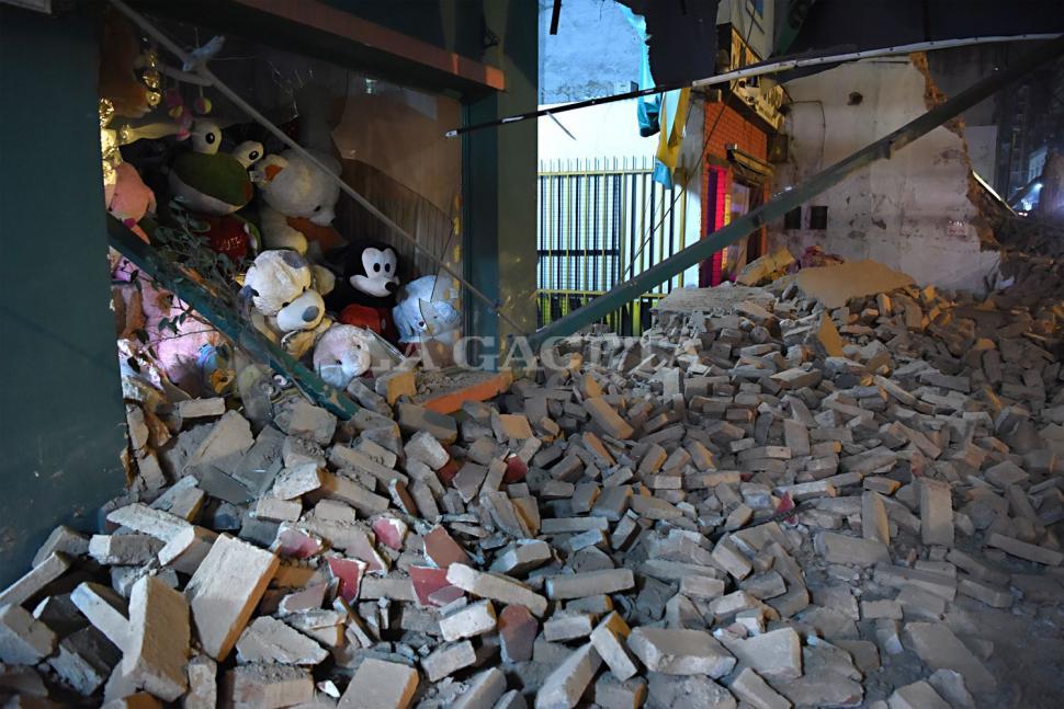 Los escombros destruyeron las vidrieras de los locales linderos al ex Parravicini. FOTO LA GACETA/ JOSÉ NUNO.