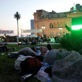 Vigilia en Plaza de Mayo a la espera de la asunción del nuevo presidente