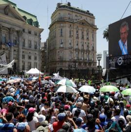 Militantes peronistas escucharon el discurso del nuevo presidente argentino