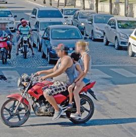 En Tucumán, la imprudencia viaja arriba de una moto