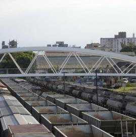 Obstáculos, asentamientos y un mar de vagones: los paisajes del tren en la ciudad