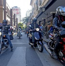 Motociclistas marcharon desde la Legislatura hasta la Casa de Gobierno en reclamo contra una ley