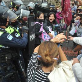 Gritos y empujones durante el reclamo de justicia por Paola Tacacho