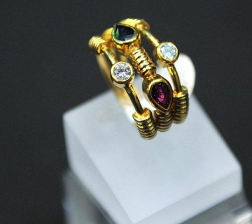 c91b43d19614 El anillo de oro amarillo y circón cubic cuesta   845 mientras que el mismo  diseño en oro blanco y con brillantes