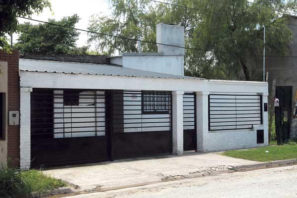 Un asaltante mat a una mujer en la puerta de su casa for Puertas para frente de casas
