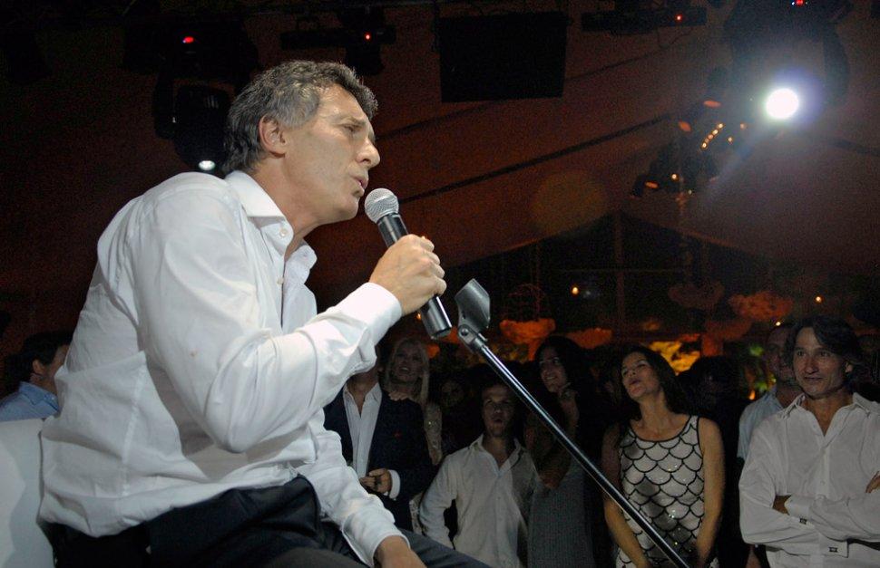 ACTO FALLIDO. Mauricio Macri debió dejar de cantar para sus invitados cuando se atragantó un bigote falso mientras imitaba a Freddie Mercury en su boda. NA