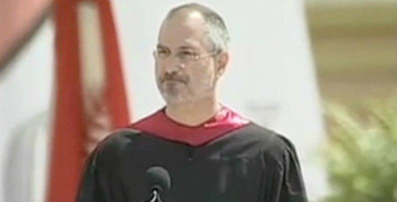 1decf067668 CON LA TOGA. Jobs conmovió a los egresados de Stanford. FOTO TOMADA DE  THEDAILYBEAST.COM