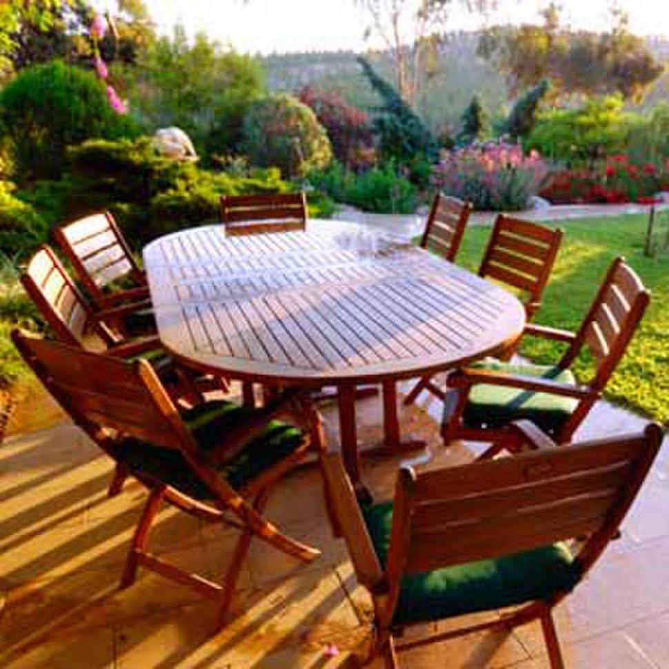Cuid bien los muebles de jard n la gaceta for Muebles para jardin en madera