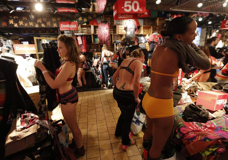 En par s un local ofrec a ropa gratis a clientas en ropa for Follando en ropa interior