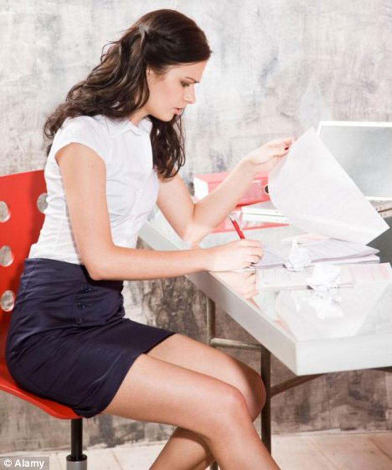 Buscan prohibir minifaldas y escotes en las oficinas del for Xxx porno en la oficina