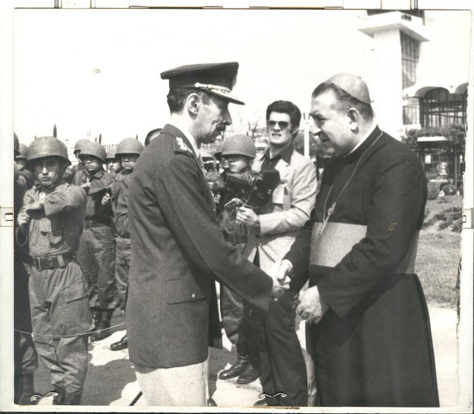 EN EL AEROPUERTO. En 1975 saluda al arzobispo Blas Victorio Conrero. LA GACETA / FOTOS DE ARCHIVO