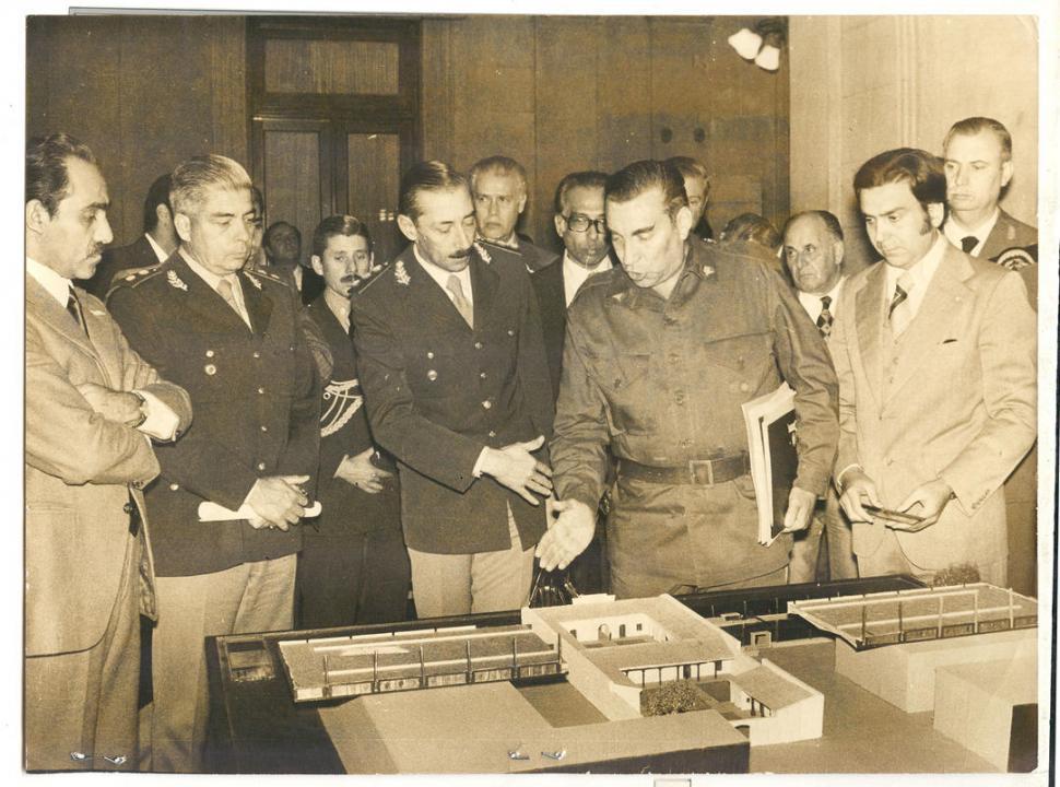 EN EL SALÓN BLANCO. En 1970, jura como gobernador interino.