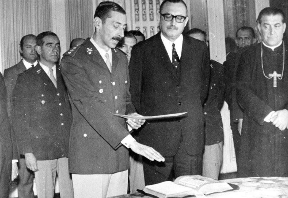 REVISTA DE TROPA. Con Bussi y Luciano Benjamín Menéndez, en 1976.