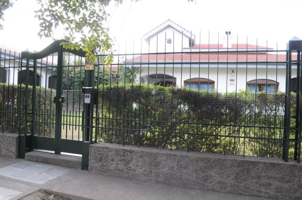 Un ladr n salt la reja para robar en la casa del ministro for Rejas para frente de casas fotos