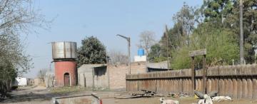 Módulos habitacionales y casas camuflan  la tapiada estación de Río Chico