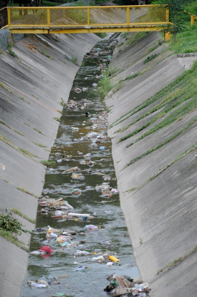 La mitad de la basura que se extrae de los desagües proviene de las casas -  LA GACETA Tucumán