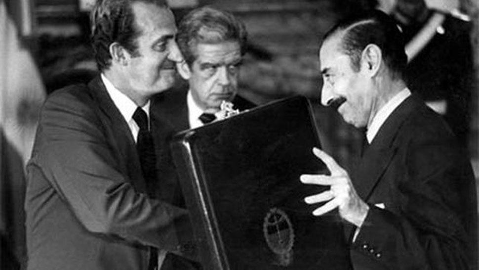 COMO AMIGOS. Videla entrega una placa al entonces rey de España, que visitó la Argentina en 1978. FOTO ARCHIVO