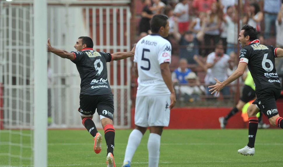 """FUE IMPARABLE. Ramón """"Wanchope"""" Abila (9) celebra una de las tres conquistas frente a Independiente Rivadavia en la goleada de Huracán. El cordobés demostró que es un delantero temible. FOTOS DE TÉLAM"""