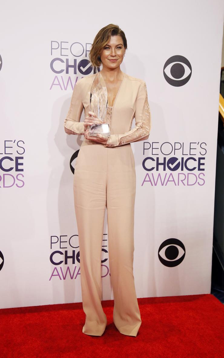 Bien, pero algo largo. Ellen Pompeo, de Grey's Anatomy, con un mono nude. Pelo y maquillaje perfectos. Una falla: el ruedo era muy largo.