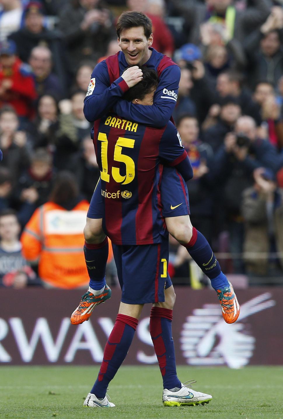 ABRAZOS PARA TODOS. Bartra felicita a Lionel Messi, el verdugo de Levante. reuters