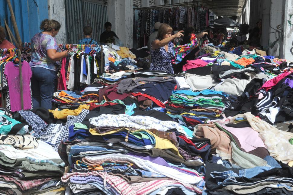 El derrotero internacional de la ropa usada que se