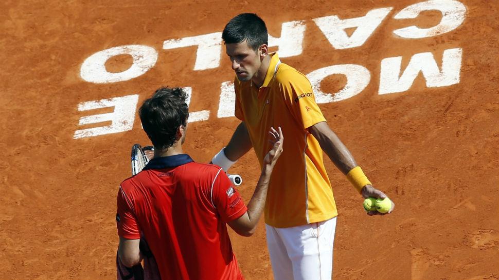 PUNTO EN DISCUSIÓN. Djokovic y Ramos casi cara a cara. El serbio ganó con facilidad. FOTO DE REUTERS