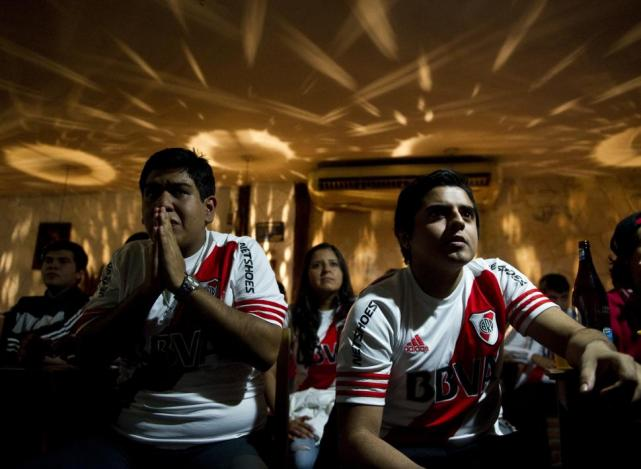 """Cristian Pavón acaba de convertir el gol """"xeneize"""" y los simpatizantes del  conjunto de Núñez que se reunieron en el bar de calle Laprida lo sufren. ... 8a252894dc7c9"""