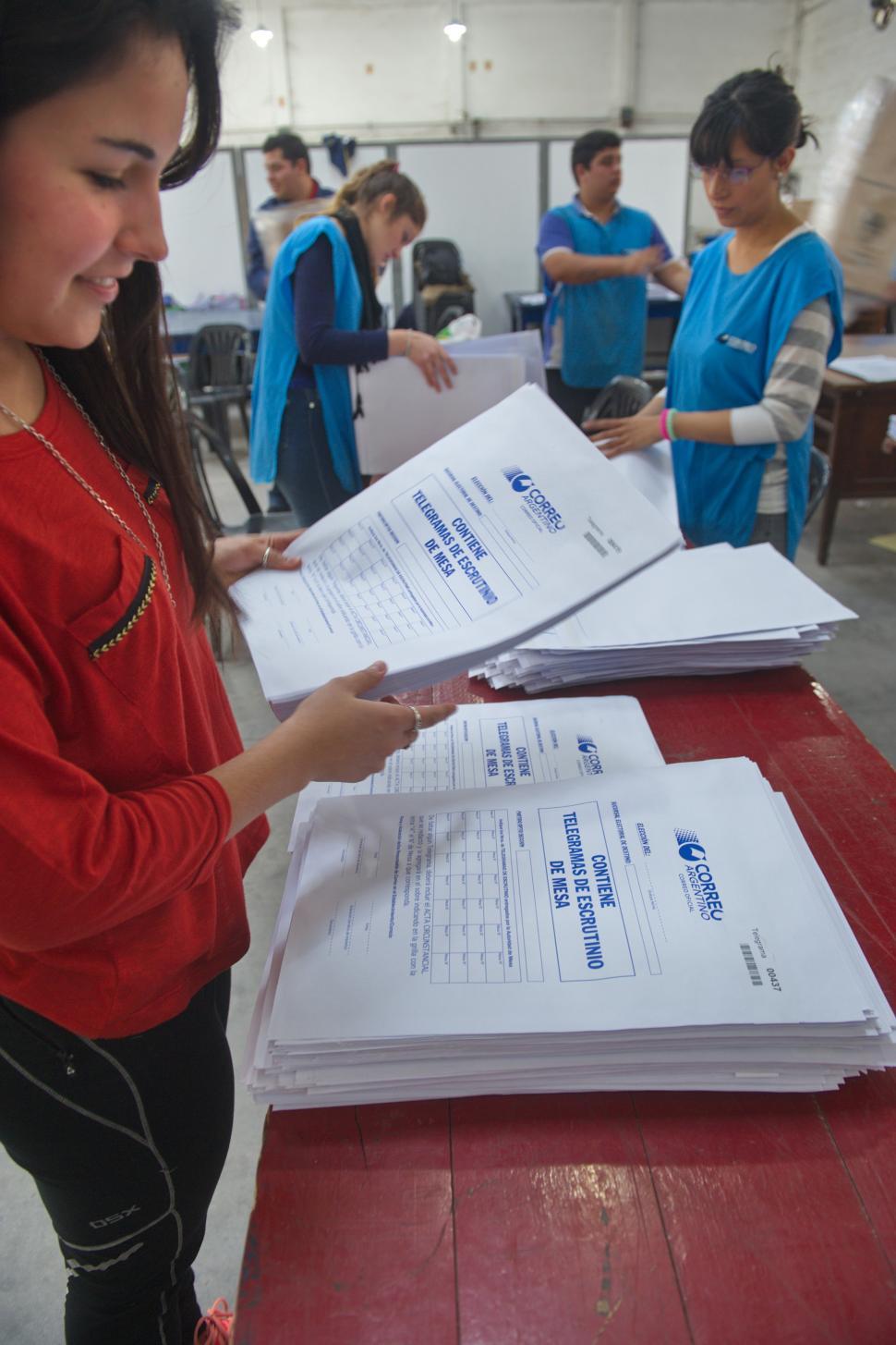 TODO LISTO. Personal de la Junta organiza los papeles que se usarán hoy. la gaceta / foto de juan pablo sánchez noli