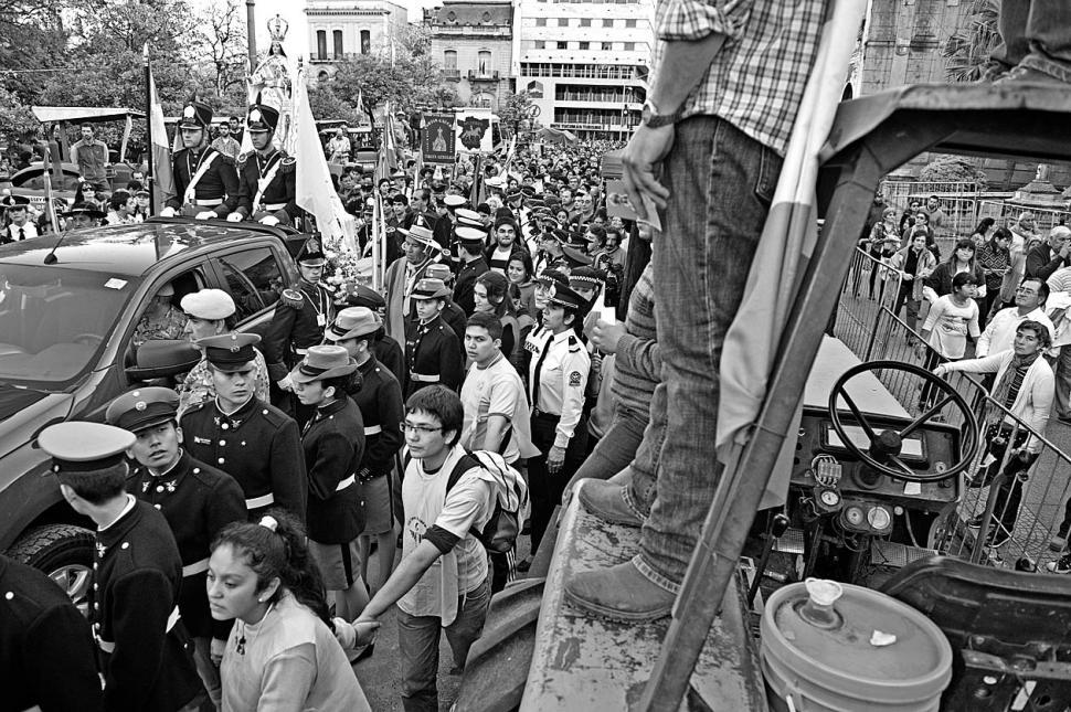 ENTRE TRACTORES. La procesión atravesó la protesta de los ruralistas. la gaceta / foto de juan pablo sánchez noli