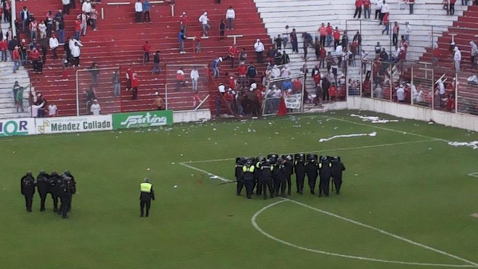 ÁNIMOS CALDEADOS. Hinchas de San Martín intentaron ingresar al campo de juego y el árbitro suspendió el partido. FOTO DEL TWITTER DE @GACHY_CARDOZO