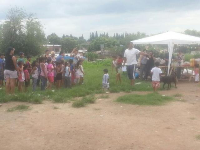 Los Reyes llegaron con juegos y chupetines al barrio El ...