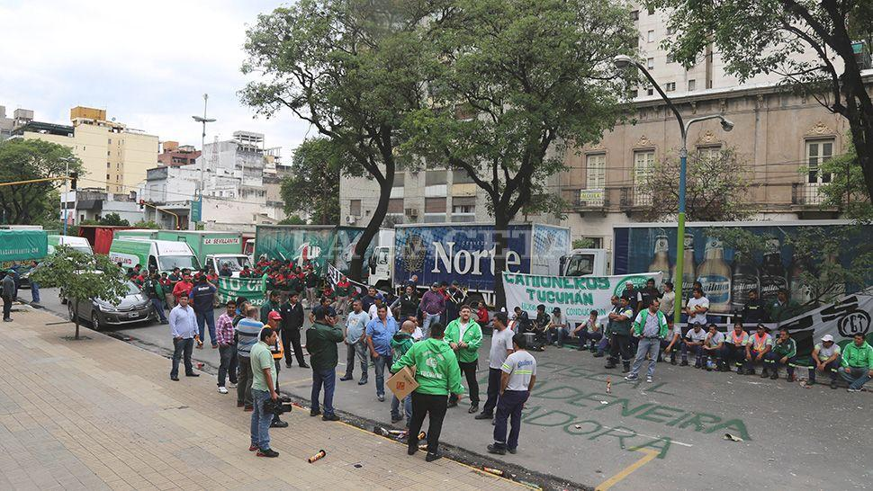 Video: protestaron contra una fiscala con decenas de camiones
