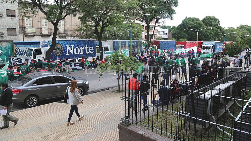 NADIE PASA. Decenas de camiones de distintos rubros bloquearon la avenida Sarmiento. LA GACETA / FOTOS DE MATÍAS QUINTANA