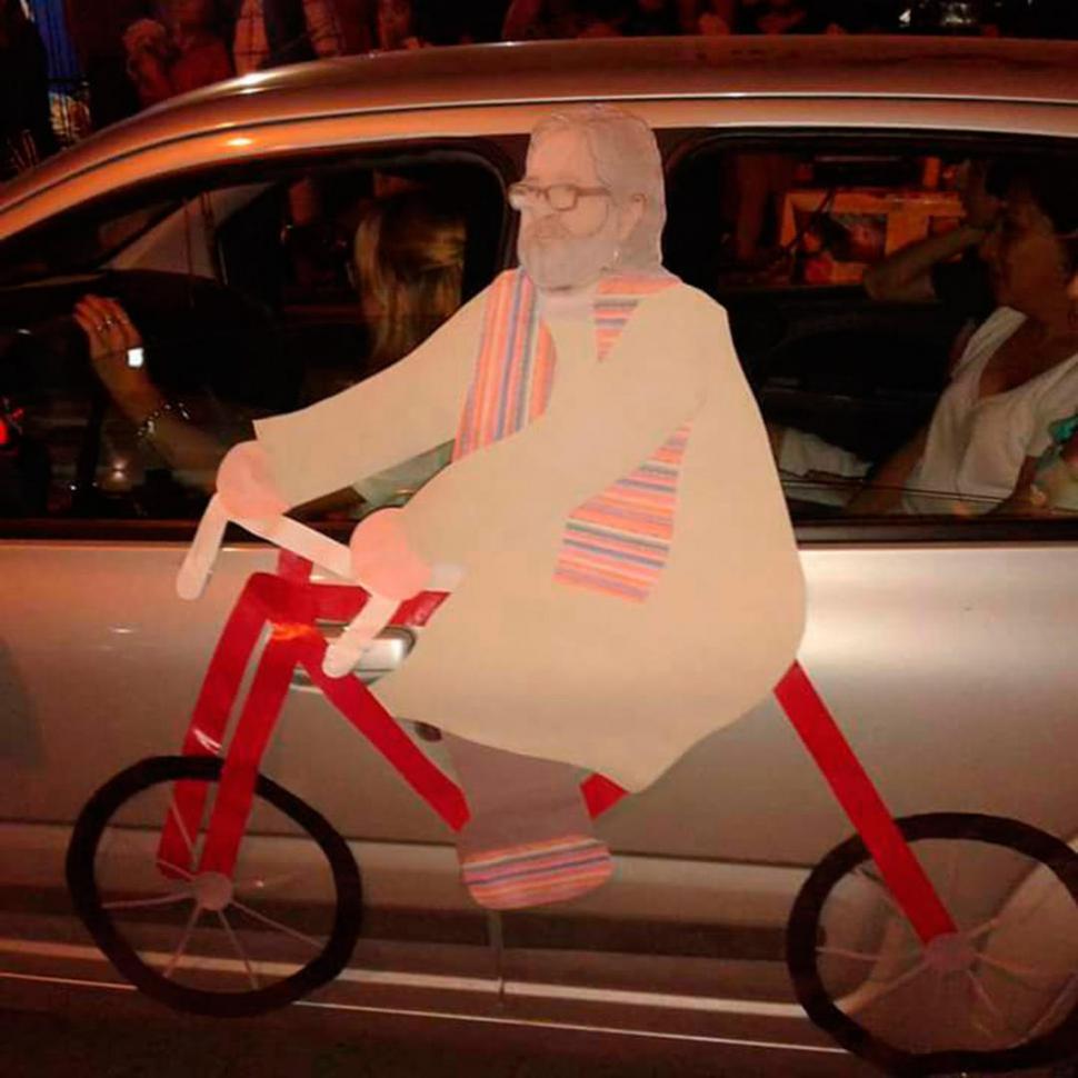 HOMENAJE. Peregrinos colocaron una imagen de Viroche en su auto.