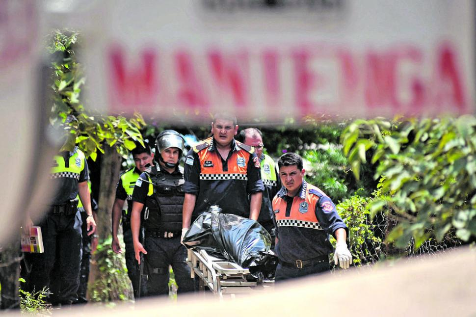 TAREA POLICIAL. El cuerpo de Soria es retirado por personal de Bomberos para su traslado a la morgue. la gaceta / foto de Inés Quinteros Orio