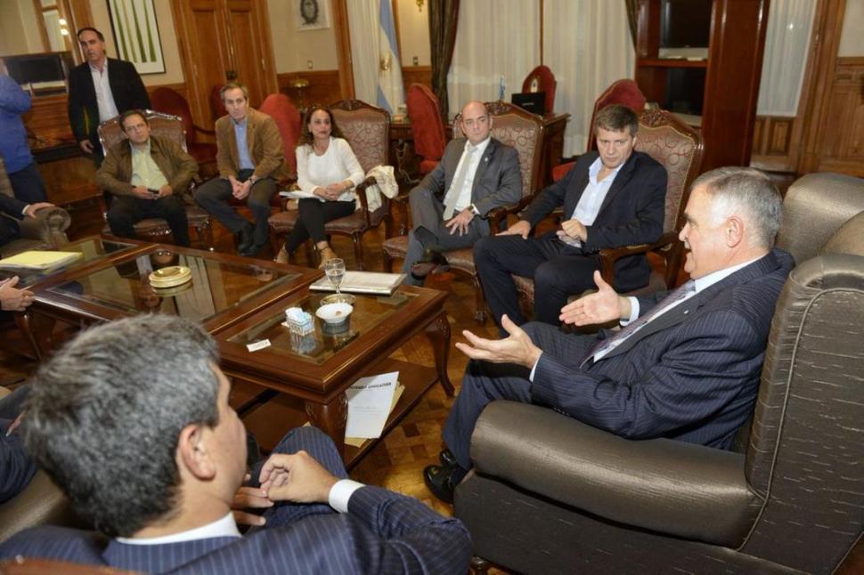 EN LA CASA DE GOBIERNO. Jaldo -en ejercicio del Ejecutivo- y parte del gabinete provincial recibieron ayer al subsecretario del Interior, Morán.   TWITTER @OsvaldoJaldo