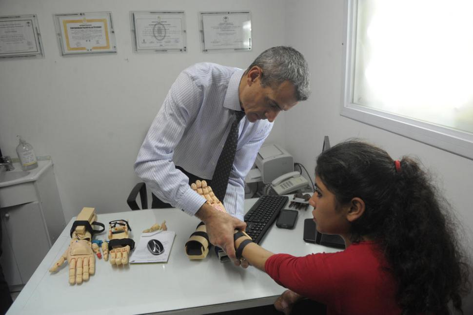 EN PLENA REVISACIÓN. En su consultorio, el traumatólogo Claudio Brahim controla cómo se inserta la prótesis.