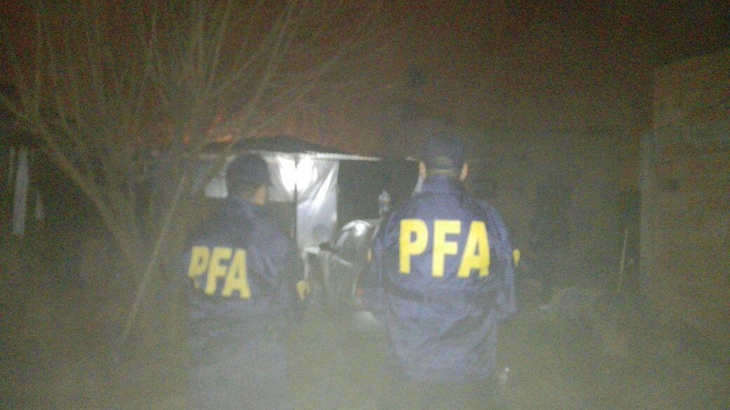 OPERATIVO. Dos policías de la Federal, en el barrio Néstor Kirchner. LA GACETA / GUSTAVO RODRÍGUEZ
