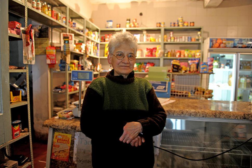 -POCA ACTIVIDAD. Amalia Lucero lleva casi medio siglo en la despensa.-