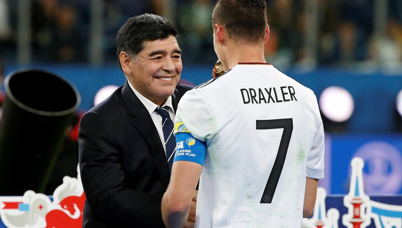 Ayer, Diego le entregó al alemán Julian Draxler el premio al mejor jugador de la Copa Confederaciones. REUTERS