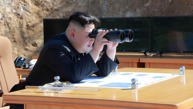 KIM JONG-UN. El líder norcoreano supervisa el lanzamiento del misil. REUTERS