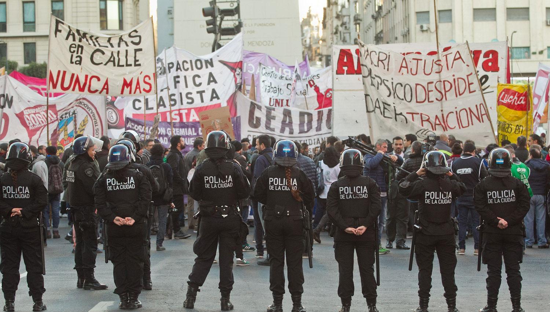 PROTESTAS. La Policía custodia una manifestación en el Obelisco. DYN