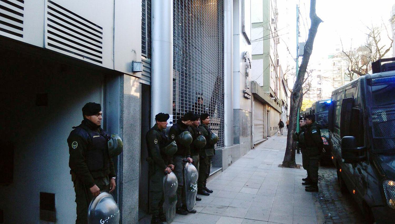 ALLANAMIENTOS. Gendarmería nacional, durante un operativo en el sindicato de canillitas y vendedores de diarios y revistas. DYN