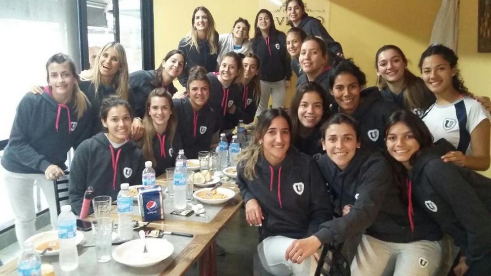 """DISTENDIDAS. A las chicas de la """"U"""" les cambiaron el horario del partido debido a la torrencial lluvia que cayó en Rosario. GENTILEZA NUESTRO HOCKEY"""