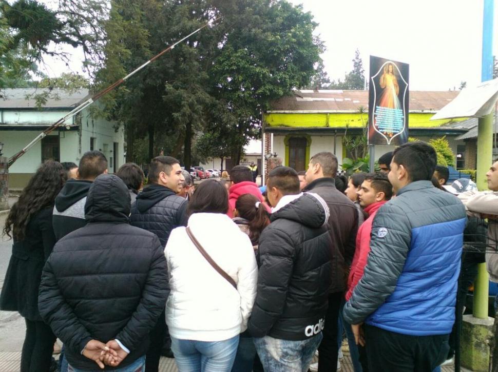 EN JEFATURA. Los estafados se manifestaron ante las autoridades policiales. foto de francisco fernández