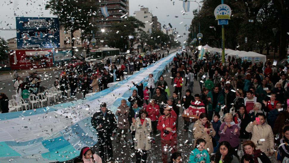 Chicos y jóvenes de unas 30 instituciones hicieron una bandera de casi 300 metros de largo