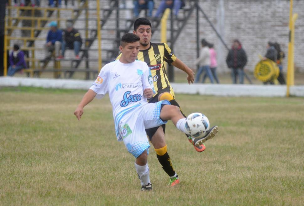 BUENA TAREA. Arancibia, de Deportivo, trata de llevarse la pelota ante Córdoba.  la gaceta / foto de Antonio Ferroni