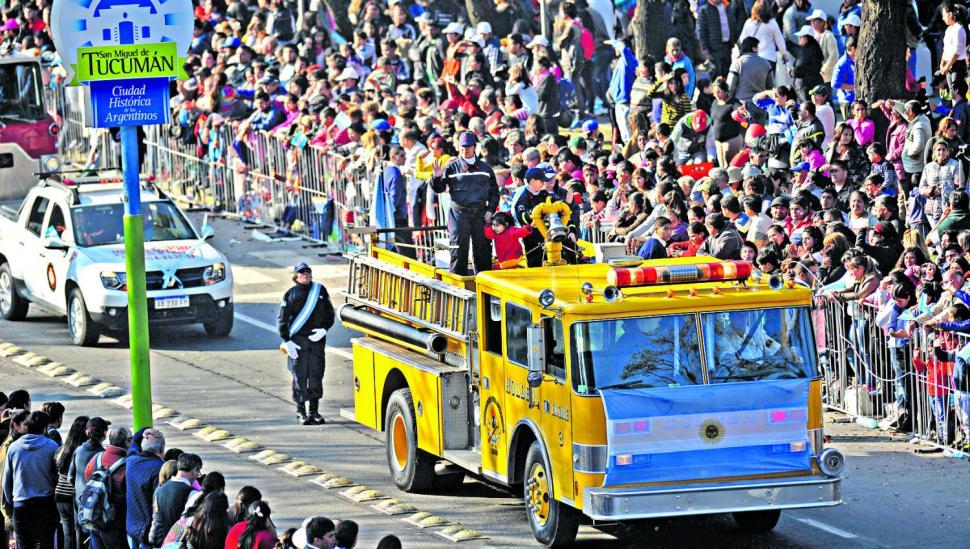 La fiesta se vivió en el desfile, pero no se reflejó en el rostro de las autoridades